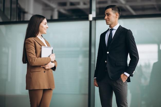 사무실에서 태블릿에 노력하는 남성과 여성의 사업 사람들