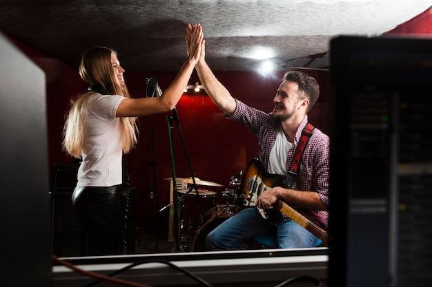스튜디오에서 응원하는 남성과 여성