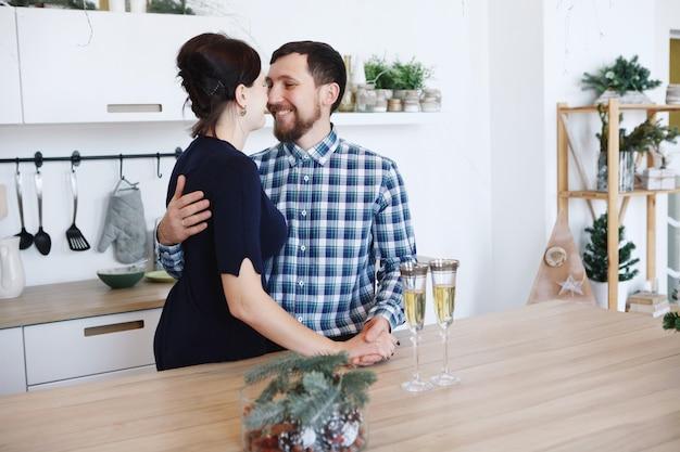キッチンで働く男性と女性のシェフ