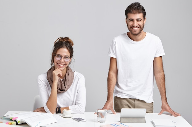 机の近くの男性と女性の同僚