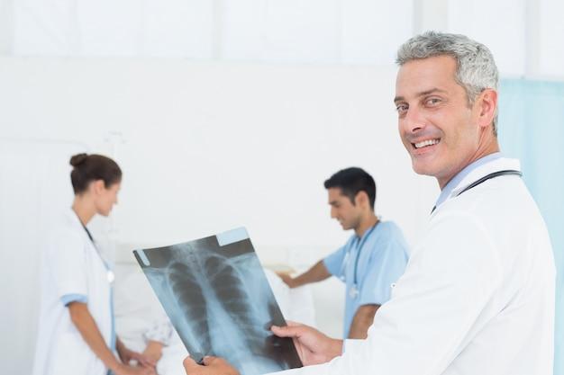 医療事務所のx線を検査する男性と女性の医師