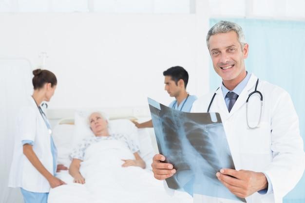 X線を検査する男性と女性の医師