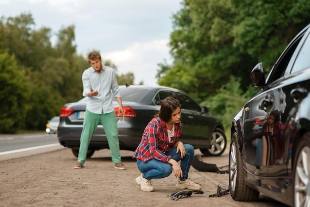 Водители мужского и женского пола кричат после автомобильной аварии на дороге. автомобильная авария. разбитый автомобиль или поврежденный автомобиль, автокатастрофа на шоссе