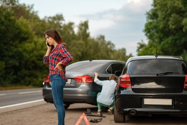 Водители мужского и женского пола на дороге, автомобильная авария