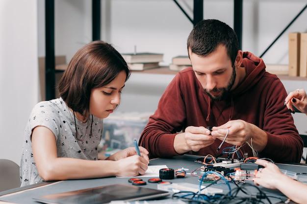 Diyモデルを構築する男性と女性のエンジニア。