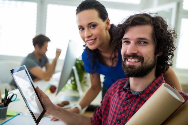 디지털 태블릿을 사용하는 남성 및 여성 그래픽 디자이너