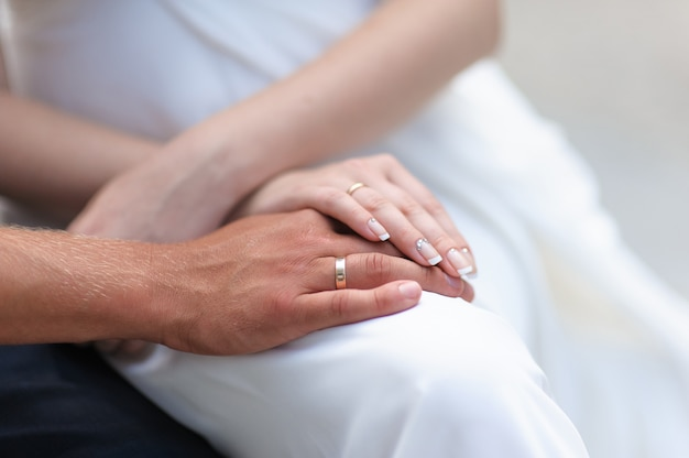 リングを持つ男性と女性の手