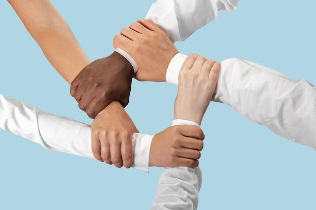 남성과 여성의 손을 잡고 블루에 격리입니다.