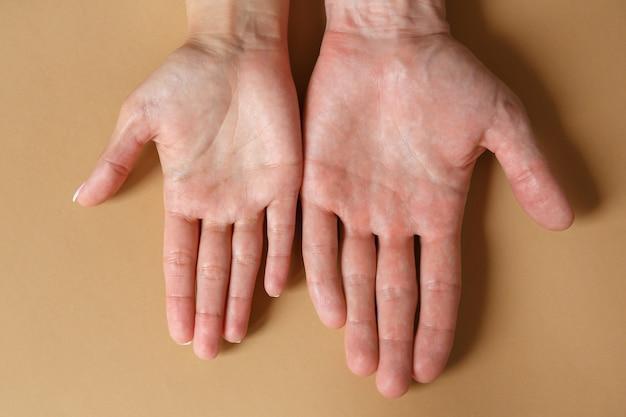 Мужские и женские руки на коричневом крупном плане. концепция крепкой дружбы