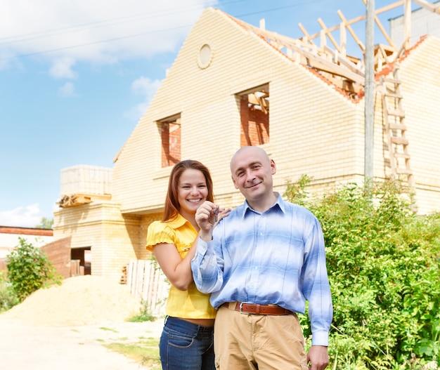 Мужской и женский счастливый дом зеленый на открытом воздухе здание