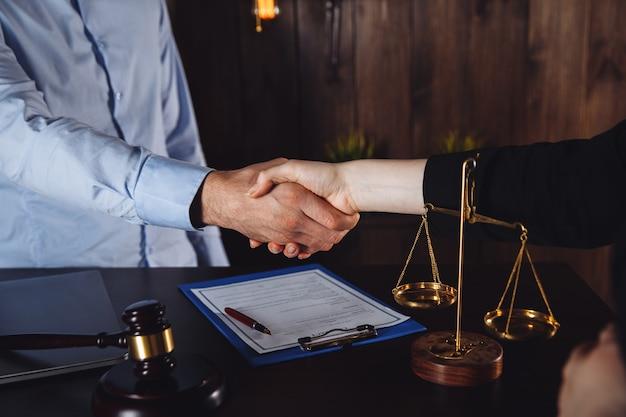 ビジネス会議の男性と女性の弁護士。オフィスでの法律コンサルティング。