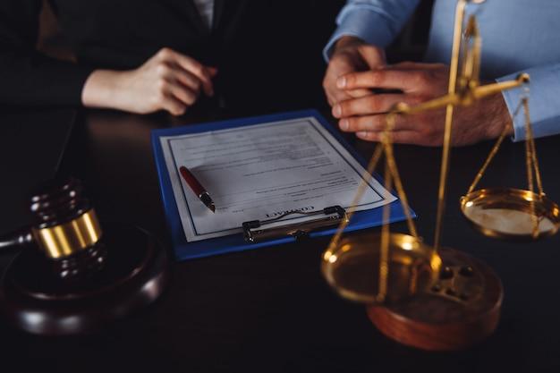 비즈니스 회의에 남성과 여성 변호사. 사무실에서 법률 컨설팅.