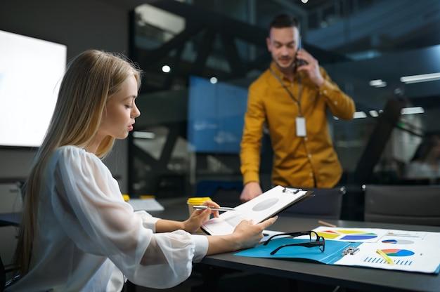남성 및 여성 관리자, it 사무실에서 회의 또는 아이디어 프레젠테이션. 전문적인 팀워크 및 기획, 그룹 브레인스토밍 및 기업 업무