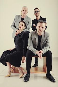 男性と女性の音楽バンドのメンバー