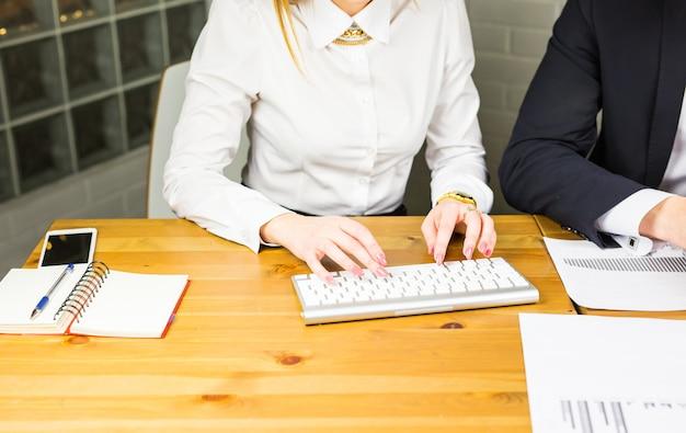 男性と女性のオフィスワーカーのクローズアップ