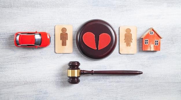 男性と女性の木製のシンボル、ガベル、家、車、失恋、裁判官のガベル。