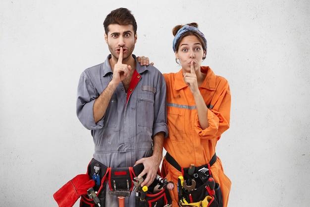 Рабочие мужчины и женщины в рабочей одежде