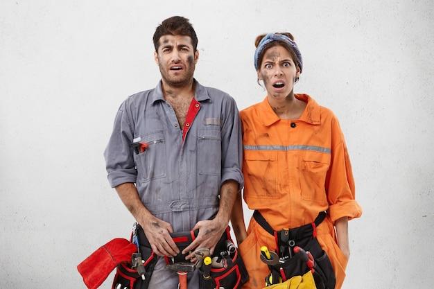 作業服を着た男女の労働者