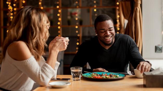 Мужчина и женщина хорошо проводят время