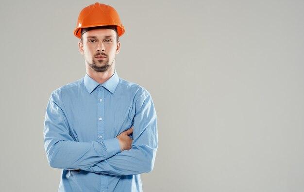 주황색 헬멧에 남성 건축가가 그의 가슴 복사 공간에 팔을 교차