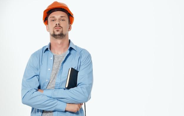 오렌지 하드 모자 작업 회색에서 남성 건축가 자른보기.