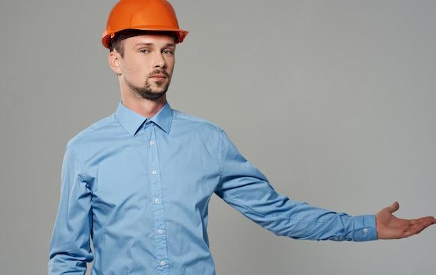 주황색 페인트와 회색 초상화에 파란색 셔츠에 남성 건축가.