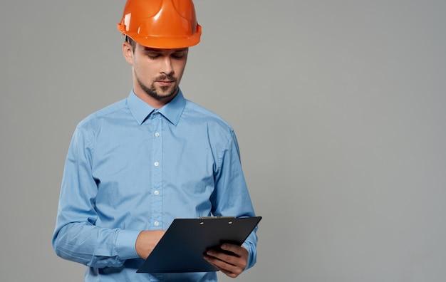 주황색 페인트와 회색 벽 초상화에 파란색 셔츠에 남성 건축가.