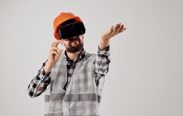 Мужской архитектор в оранжевой краске из 3d-очков инженер-строитель виртуальной реальности