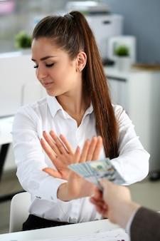男性の腕は100ドル札の束を支払う