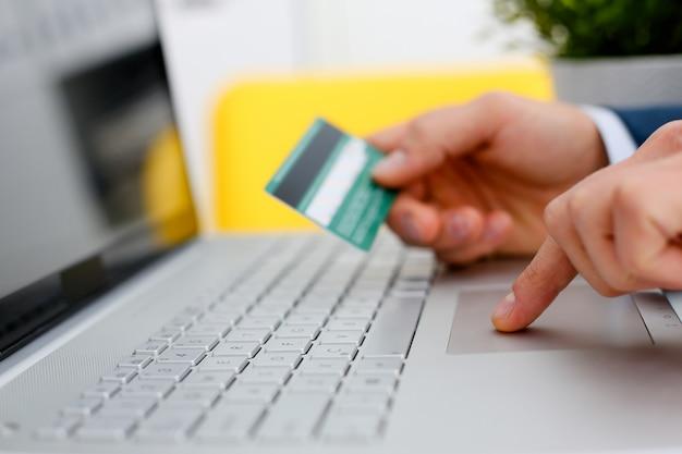Мужские руки держат кнопки кредитной карты