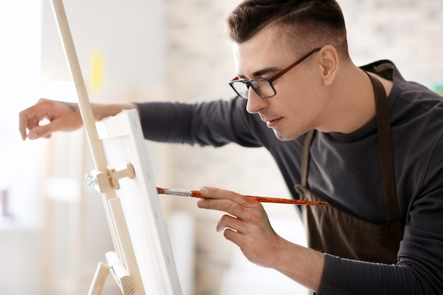 워크숍에서 캔버스에 남성 예술가 그림