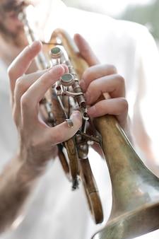 コルネットを演奏する男性アーティスト