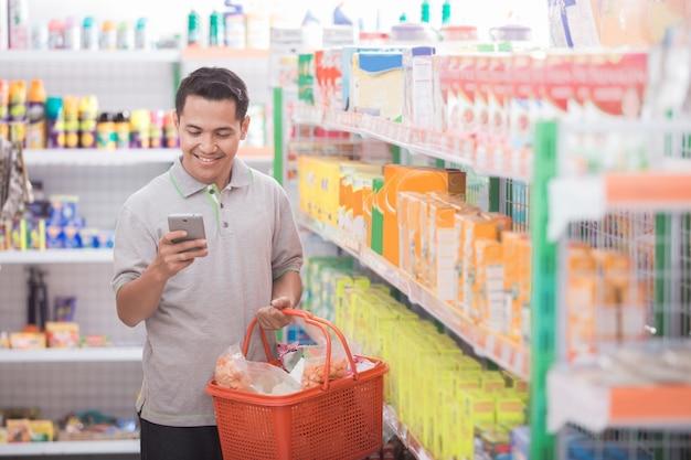 アジアの男性がスーパーで買い物