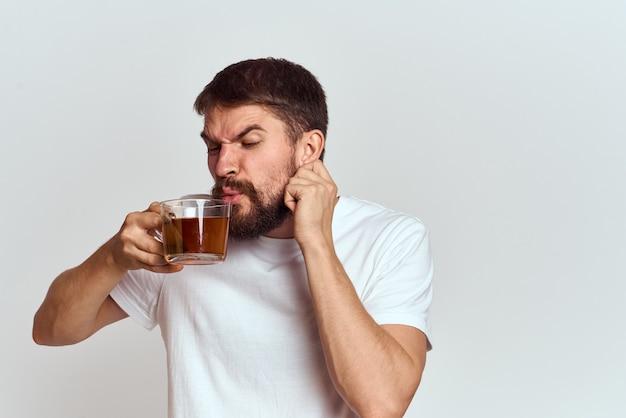 お茶と家で男性