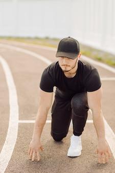 Спортсмен-мужчина делает фитнес-тренировку. тренировка вне спортзала.