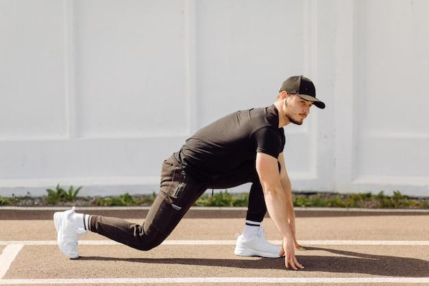 체력 훈련을 하 고 남자 선수. 체육관 밖에서 운동하십시오.