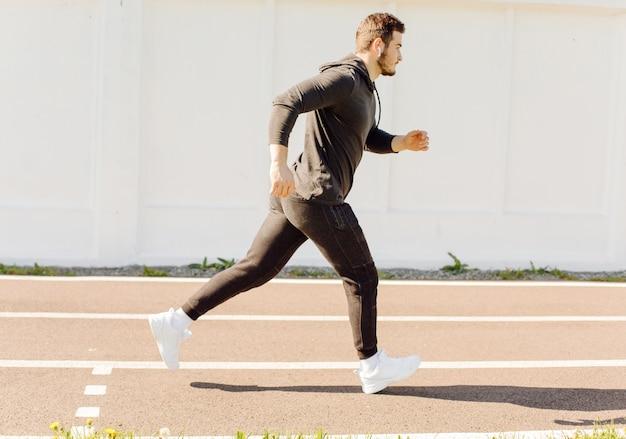 フィットネストレーニングをしている男性アスリート。ジムの外でのトレーニング。