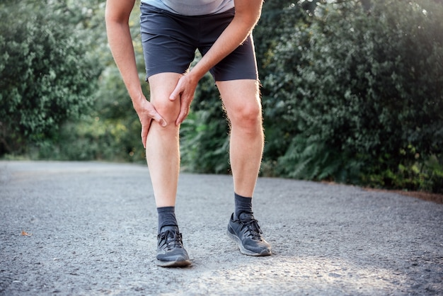膝蓋大腿痛症候群の男性アスリート