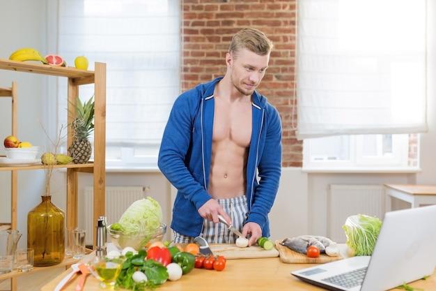 온라인 공부, 부엌에서 집에서 건강 식품을 준비하는 남자 선수