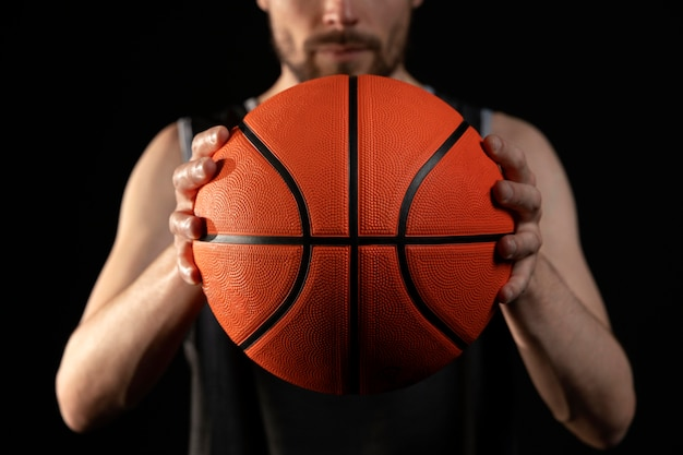 농구 포즈와 남자 선수