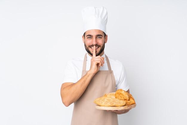 いくつかのパンが分離されたテーブルを保持している男性のパン屋