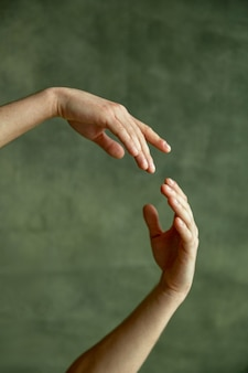 Руки танцора балета, гранж-стена на фоне, танцевальный класс