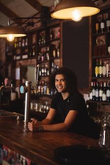 Мужской барный тендер на барной стойке