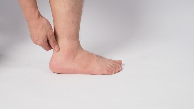 男性の裸足と手は白い背景で隔離されます。