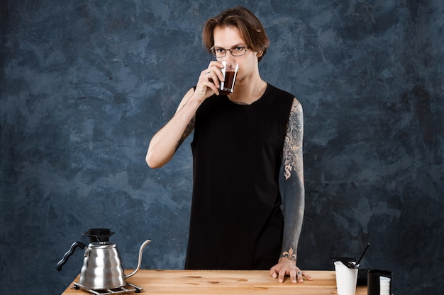 Мужской бариста на вкус кофе. альтернативные методы пивоварения.