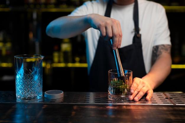 Мужской бармен делает вкусный коктейль