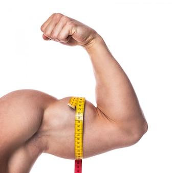 Мужской бицепс и измерительная лента