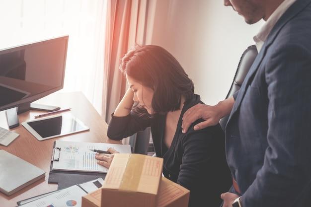 男性の上司は、強調されたビジネスの女性を統合しています