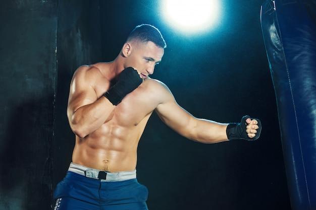 サンドバッグでボクシング男性ボクサー