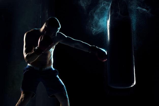 Мужской боксер бокс в боксерской грушей